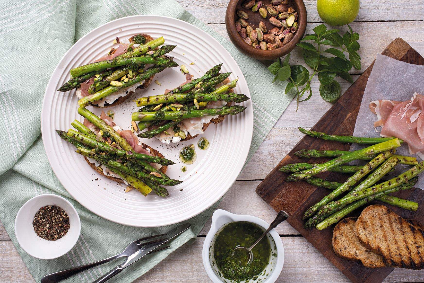 Rye toast sandwich with asparagus