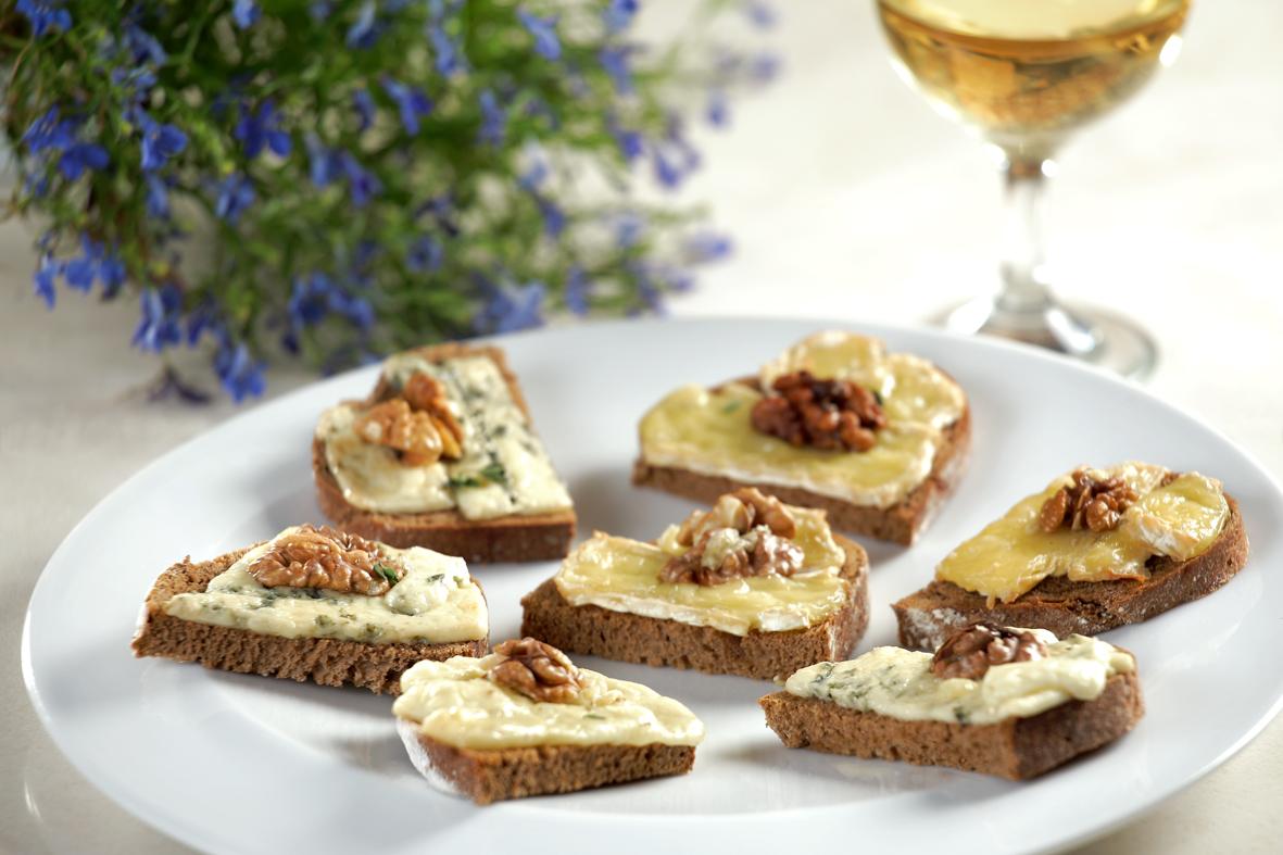 Брускети със запечени сирена и орехи