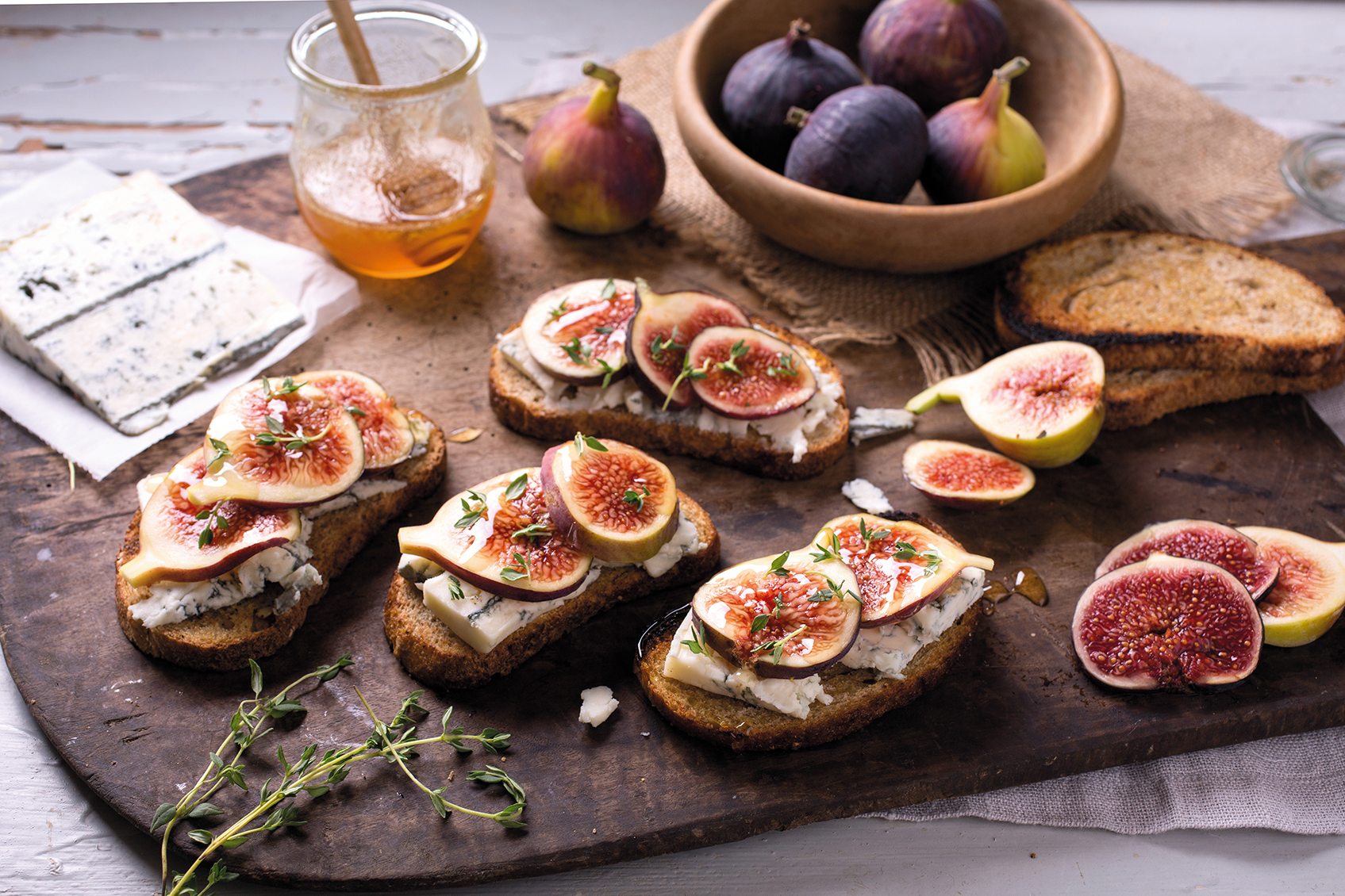 Toast sandwich with figs and Gorgonzola